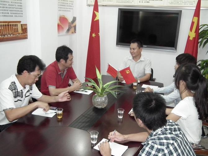 汉兴商贸(第五支部)组织党员和入党积极分子学习党章和社工委党建资料